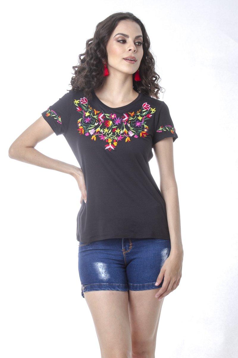 Blusa bordada al estilo mexicano