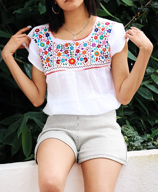 Blusa con flores multicolor bordadas